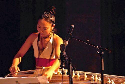 Karin Nakagawa an der Koto-Harfe