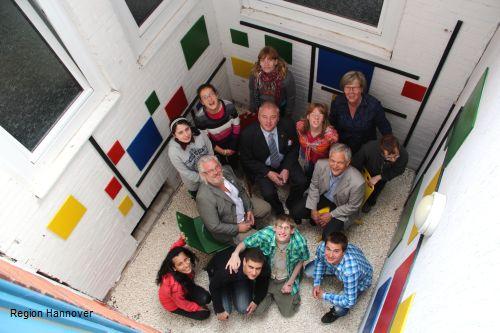 Weihten den im Rahmen eines Kunstprojekts gestalteten Lichthof in der Eberhard-Schomburg-Schule ein