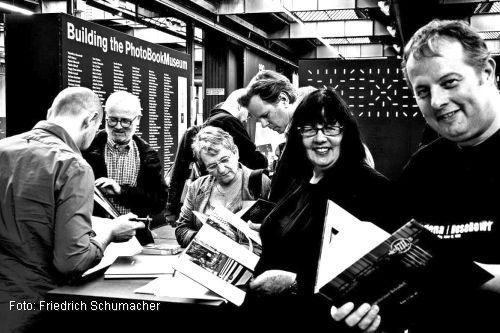 Bei der Übergabe ihres Fotobuches im PhotoBook Museum in Köln. Mit dabei: Lars Schumacher und Susanne Schumacher (Foto: Friedrich Schumacher)