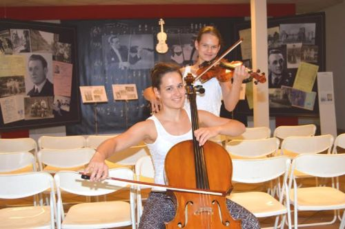 Miriam (Cello) und Sara (Violine) Göbel vor der Erinnerungsbühne des Hildesheimer Kapellmeisters Körner